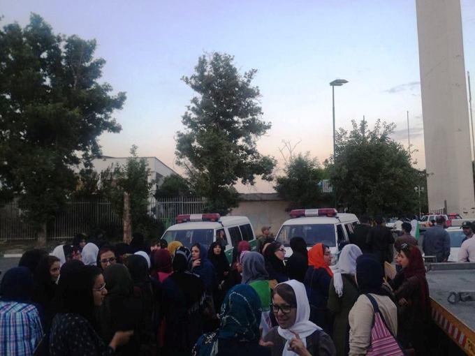حضور نیروهای پلیس در تجمع بیست و پنج خرداد زنان مقابل ورزشگاه آزادی